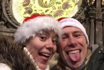 V Praze už slaví Silvestr. V ulicích jsou tisíce lidí, restaurace hlásí plno