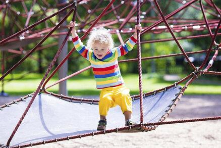 Nechte malé děti, aby lezly po výškách! Budou šikovnější