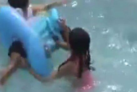Batole se málem utopilo, stačilo 10 vteřin, kdy rodiče nedávali pozor
