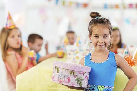 Proč by děti neměly rozbalovat dárky během oslavy narozenin?