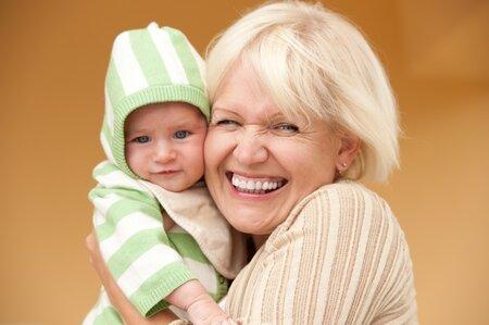 Půjčte tchýni dítě alespoň na chvilku a užijte si času, ketrý získáte pro sebe.