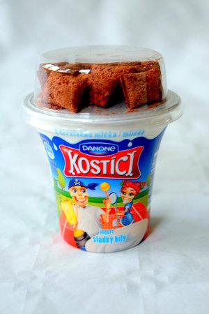 Kostíci jsou tak sladcí, jak už jejich vzhled napovídá, obsahují skoro dvacet procent cukru a spíš než jogurt je to sladký dezert