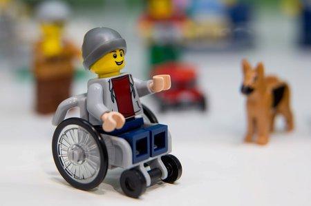 Lego vyrobilo postavičku na kolečkovém křesle.