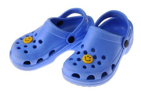 Pohodlné crocsy si Češi zamilovali. Podle ortopedů ale tato obuv ničí prsty u nohou.