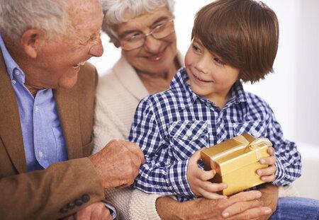 Nerozmazlujte vnoučata drahými dárky.