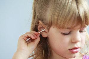 Čistíte dětem uši vatovými tyčinkami? Už to nikdy nedělejte!