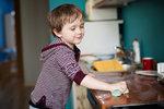 Kuchyňské houbičky by se měly vyhodit nejvýše po pár dnech, jinak dětem do ruky snad ani nepatří.