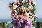 Beyoncé se zhruba měsíc starými dvojčaty, která se jmenují Sir Carter a Rumi. Rodina bydlí v novém sídle ve čtvrti boháčů Bel Air v kalifornském Los Angeles.