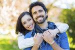Nechcete žít sama, ale zároveň netoužíte po tom, aby bydlel partner s vámi? Zkuste nový trend v partnerském životě – mingle. Partneři žijí v dlouhodobém vztahu, nebo dokonce manželství, ale zároveň má každý svou vlastní domácnost, svoje finance a svou nezávislost. Scházejí se jen tehdy, když na sebe mají chuť a čas. Jaké výhody tenhle vztah má, a naopak jaká rizika hrozí?