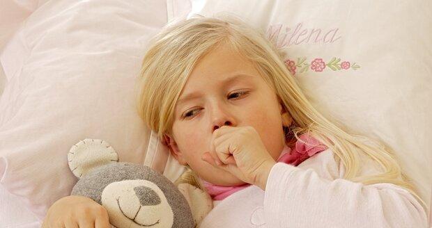 S rýmou není potřeba jít k lékaři, ale pokud se přidá kašel a horečka, rozhodně je třeba dítě nechat ležet