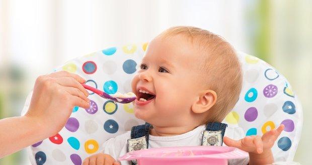 V druhé polovině prvního roku života už se dítě zajímá o běžnou stravu, kojení nebo umělé mléko mu nestačí