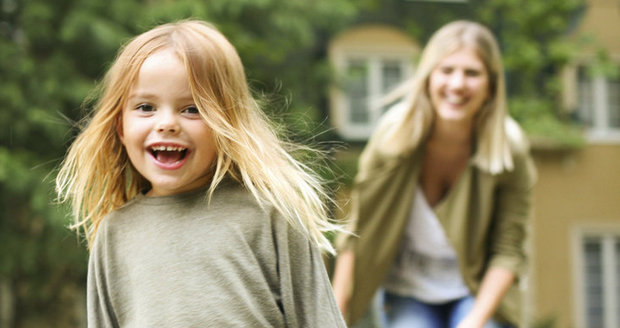 Děti by měly znát jméno i příjmení obou rodičů, čísla tísňové linky i by měly umět přecházet silnici