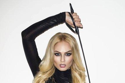 sociální dominatrix blondýnka