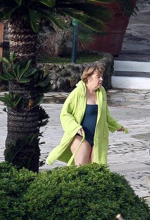Angela Merkeovál. K bazénu v županu...