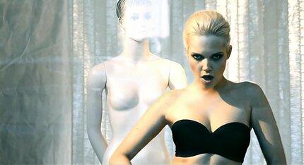 Poulíčková v novém klipu připomíná zpěvačku Pink.á