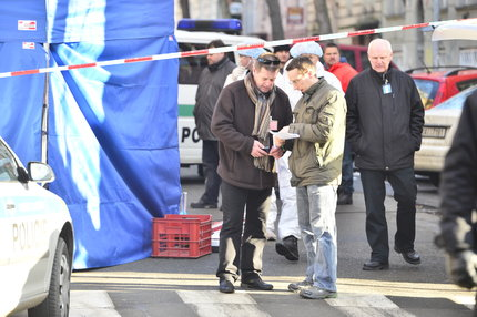 Kriminalisté ohledávají místo, kde byl vůz s mrtvým taxikářem, nalezen.