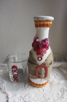 Dárkovou sadu tvoří svícen a lahev na likér.