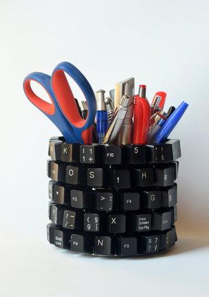 Stojánek na tužky vyrobíte ze staré klávesnice.