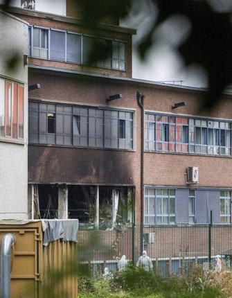 Vypálená budova kriminologického institutu v Bruselu.