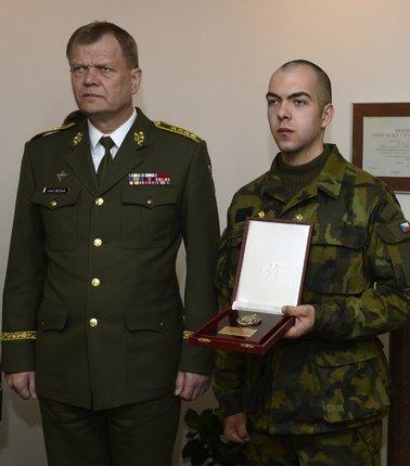 Jiřího Chromuláka ocenil náčelník generálního štábu Josef Bečvář.
