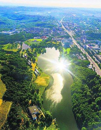 Džbán - Vodní nádrž Džbán přímo vyzývá ke koupání. A proč ne, je dobře dostupná, v Praze k ní dojedete tramvají.