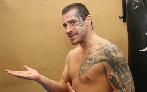 S Mikem Tysonem mají téměř totožné tetování. Ani zuby už nemají všechny svoje.