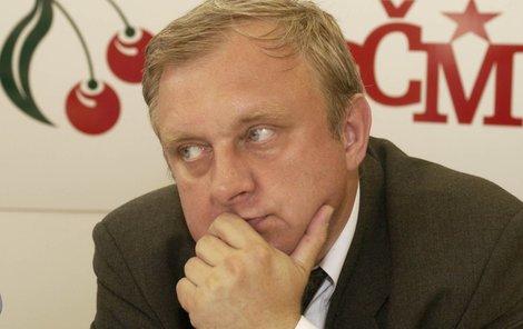 Miloslav Ransdorf má jako europoslanec základní plat dosahující k 200 tisícům korun. Přesto se topí v dluzích a na jeho tři nemovitosti je vydán exekuční příkaz k prodeji.