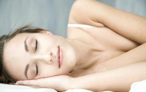 Dopřejte si dostatečně dlouhý spánek.