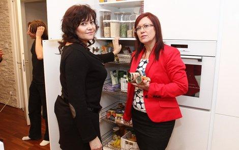 Cajthamlová při kontrole ledničky.