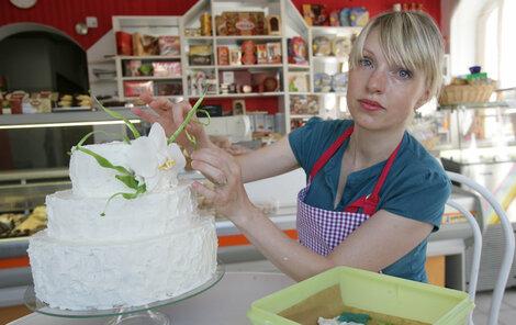V malé cukrárničce paní Valérie ročně spotřebují na lákavé dobroty přes 1200 kg cukru a více než 3000 litrů šlehačky.