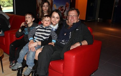 Vendula Křížová s Oldřichem Víznerem a rodinou