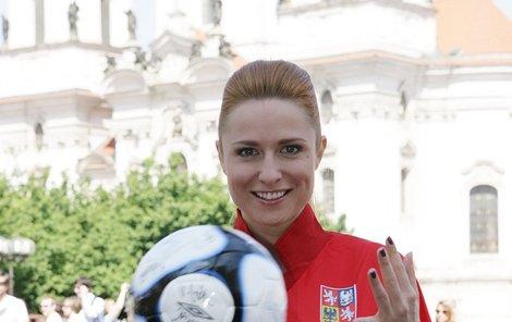 Pavelková si focení v dresu kapitána Rosického užívala.