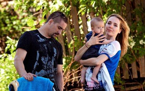 Během natáčení Lucii s malým Matyášem pomáhá manžel Tomáš Plekanec.