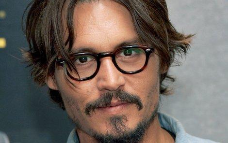 Johnny Depp se bez brýlí objevuje jen tam, kde si to žádá role.