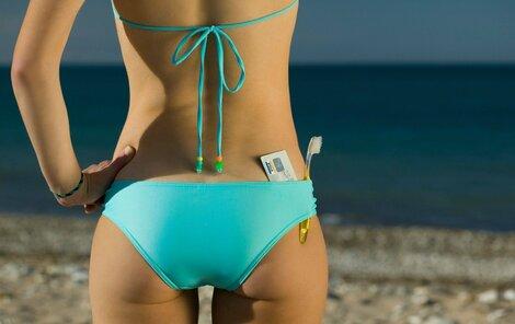 Plavky, kartáček a platební karta. V ideálním případě toho na dovolenou víc nepotřebujete!
