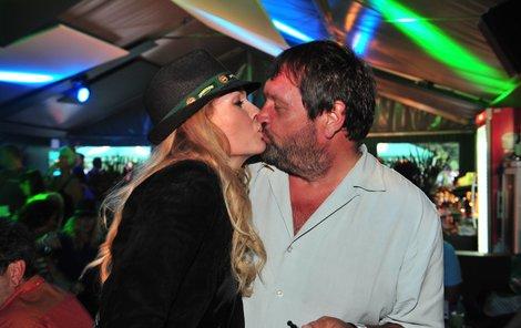 Foto pro novináře - Menzelová se s Koktou velmi živě bavila. Dokonce si dali jakoby kamarádskou pusu.