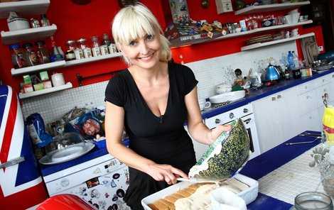 Barbara Nesvadbová v kuchyni.