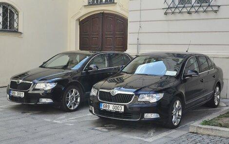 Auto primátor Romana Onderky a vpravo auto Olivera Pospíšila.