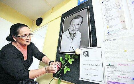 Nástěnka s fotografií Radka Brzobohatého, kde jsou desítky děkovných vzkazů.