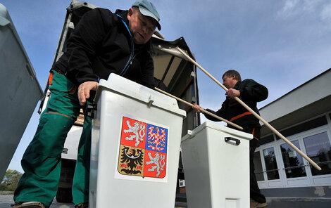 Takto si chystají volební urny v Jihlavě.