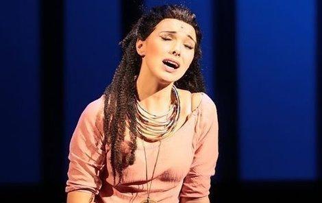 Kamila Nývltová truchlí ve své písni po sestře.