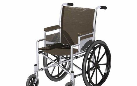 Zřízenec vyklopil pacientku z vozíku.