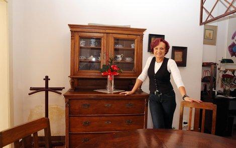 Rocková legenda prodává starožitnou komodu a stůl se židlemi.