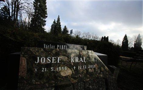 Náhrobek s vytesaným datem smrti 12. 12. 2012 objevili místní na jihlavském hřbitově začátkem listopadu.