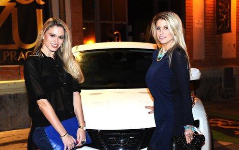 Tereza Brabcová (vpravo) a Míša Štoudková si vybraly opravdu designový kousek. Tímto autem by se rády proháněly po městě.