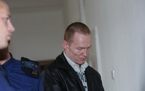 Vrah-zloděj Roman Hubený před soudem.