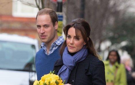 Šťastný William si odvádí těhotnou Kate z nemocnice domů.