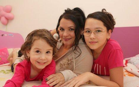 Zpěvačka se svými dcerami, Terezkou (na snímku vlevo) a Magdalenkou.