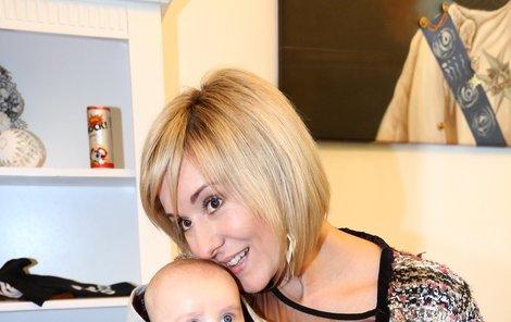 Ve třech měsících už Adámek s maminkou pózuje jako zkušená celebrita.