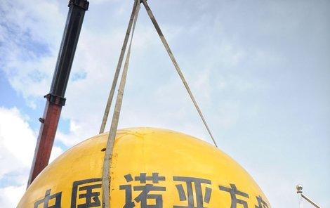 V rámci funkčních testů se čínský konstruktér nechal i shodit ze svahu do řeky.